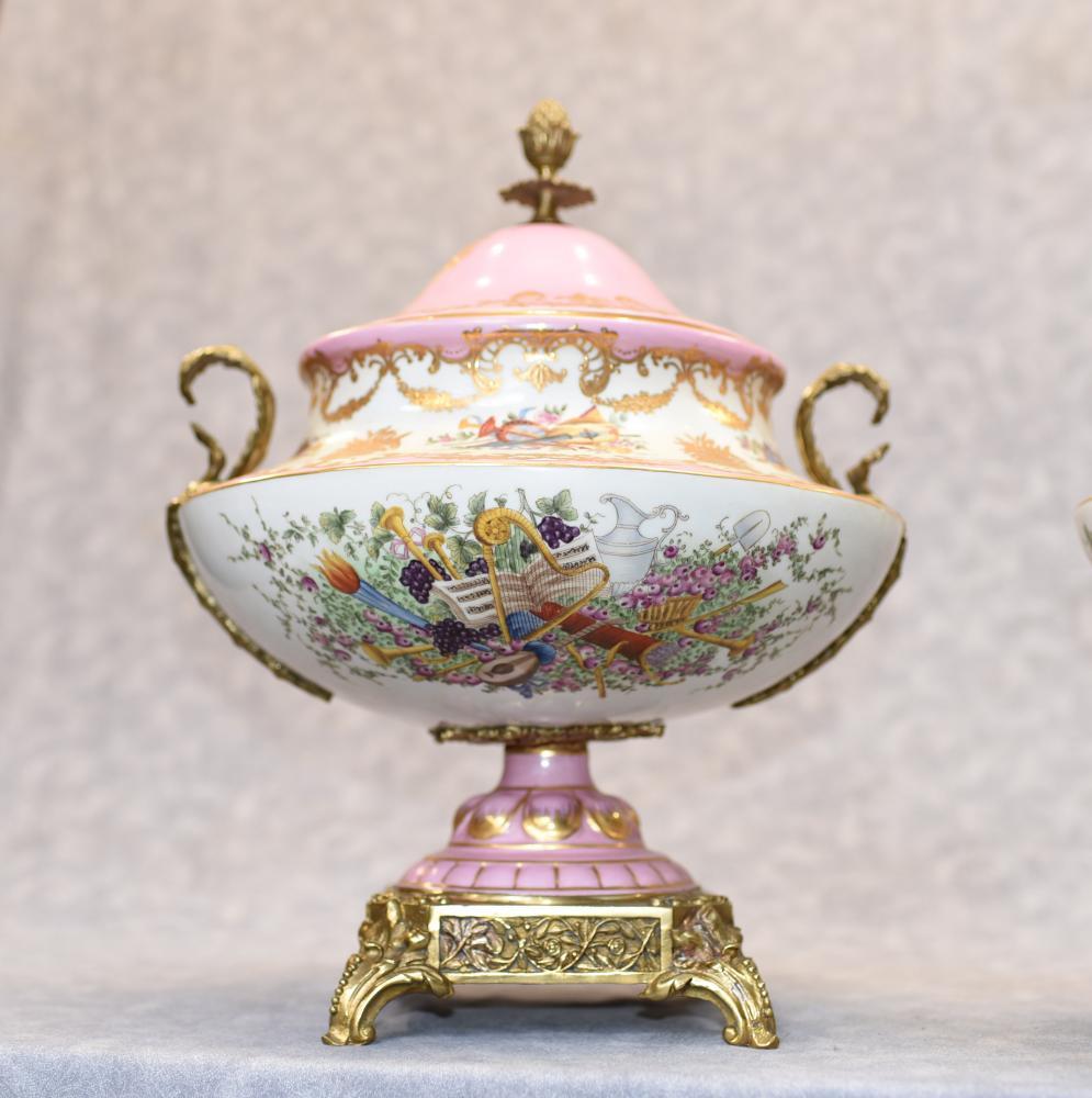 Paire de vases à fleurs en porcelaine de Sèvres