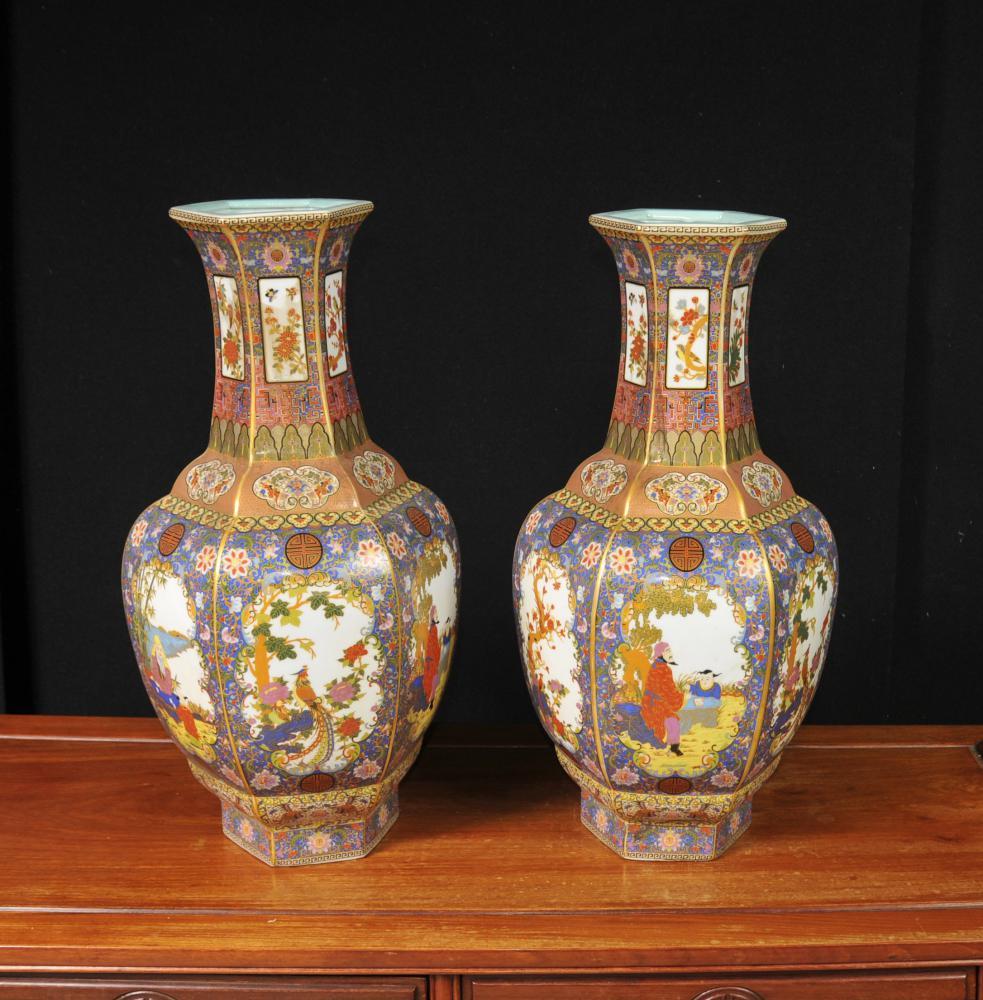 Paire De Vases En Porcelaine De Chine Imari Urnes Arabesques Florales