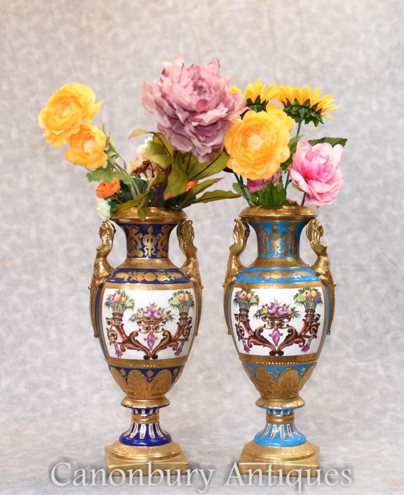 Paire De Vases En Porcelaine De Sevres - Urnes Amphora À Fleurs