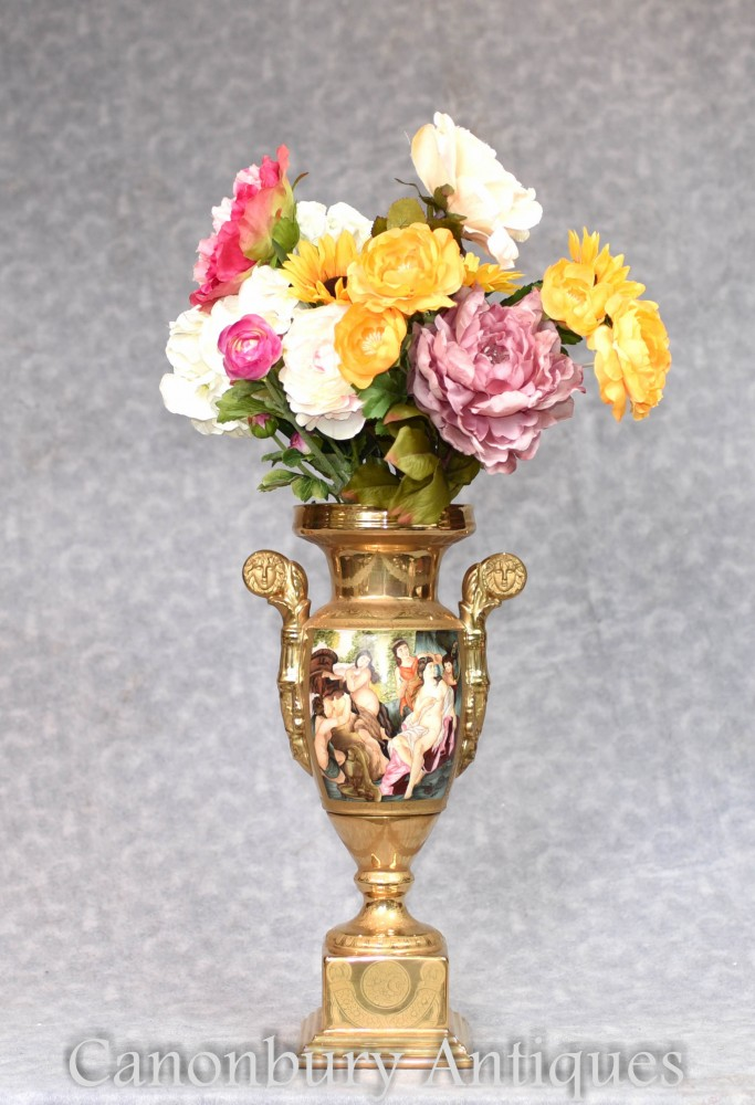 Vase En Porcelaine De Sevres - Urne En Scène Roma Toga Peinte