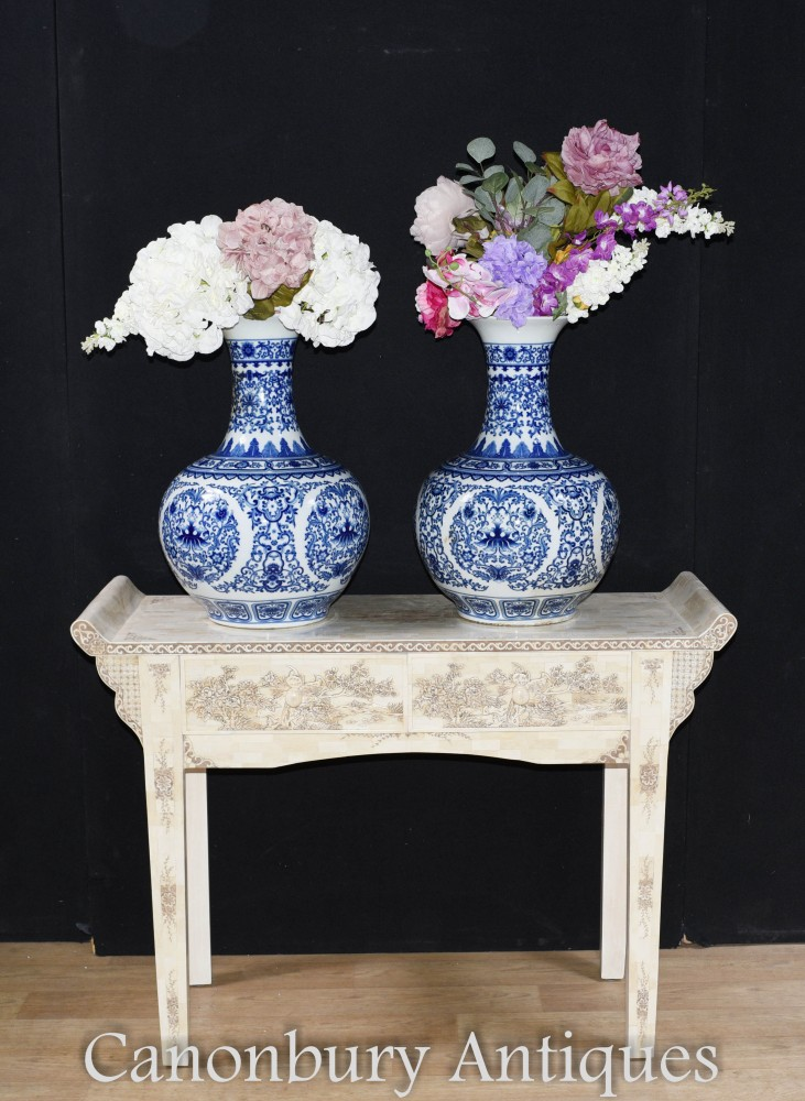 Paire De Vases En Porcelaine Bleue Et Blanche - Urnes Chinoises Du Temple Ming