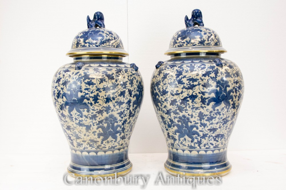 Paire De Vases En Porcelaine Bleue Et Blanche - Urnes Chinoises Ming