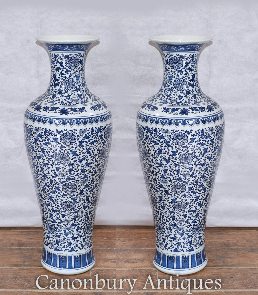 Paire De Vases En Porcelaine De Ming - Urnes Chinois Bleus Et Blancs