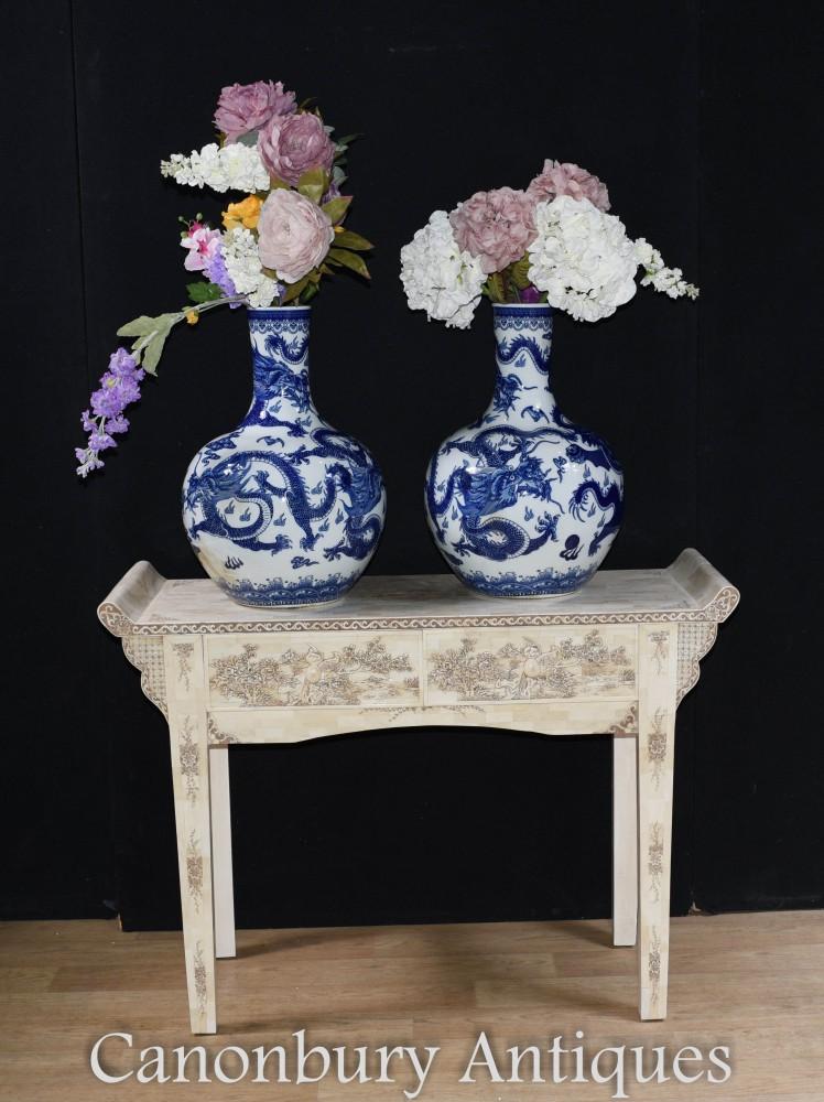 Paire De Vases En Porcelaine De Ming - Urnes Chinoises Et Bleues