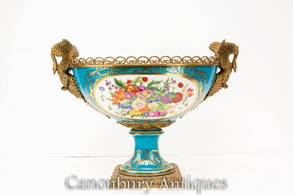 Plat Comport en porcelaine de Sèvres - Vases à fleurs Swan ormolu