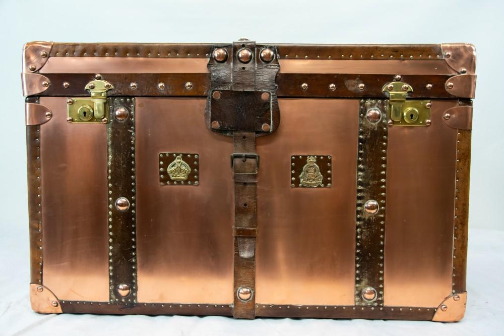 Étui à bagage Steamer Trunk - Table en cuir et empiècements en cuivre